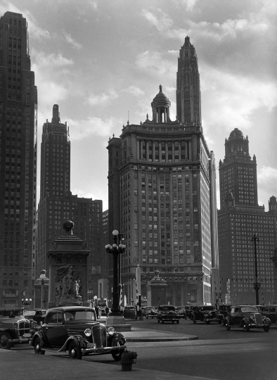 Le pont de la Michigan River, à l'extrémité de la Michigan Avenue. Chicago (Illinois, Etats-Unis), vers 1930. © Laure Albin Guillot / Roger-Viollet