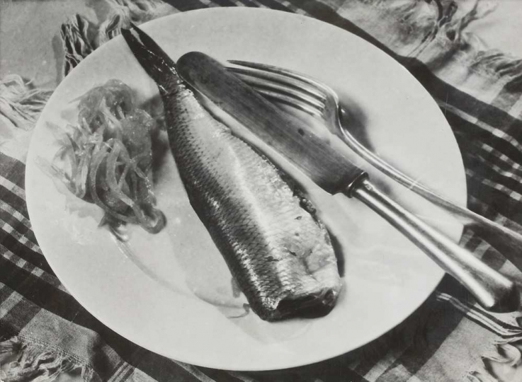 Fish on the Plate, Marta Aczel 1935 170x232 mm, silver print Estate of the artist, Courtesy of Vintage Galéria Budapest