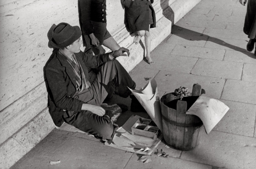 The olive seller on Garibaldi Bridge Rome, 1939 © Eredi Cesare Barzacchi