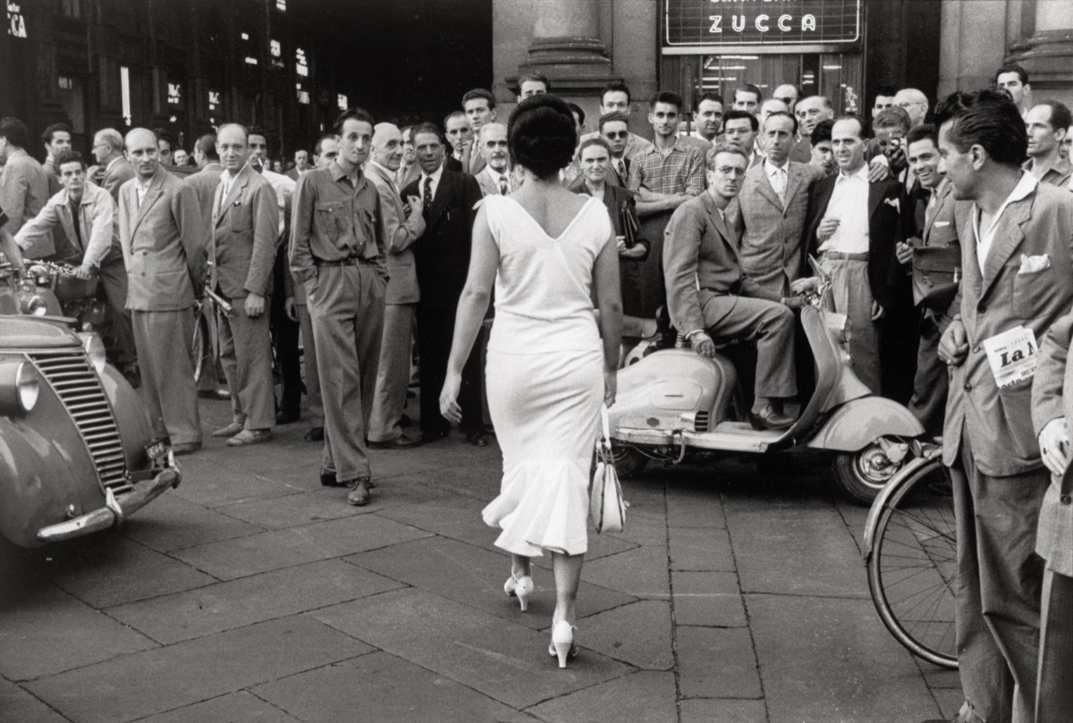 The Italians turn around Milan, 1954 © Archivio Mario De Biasi
