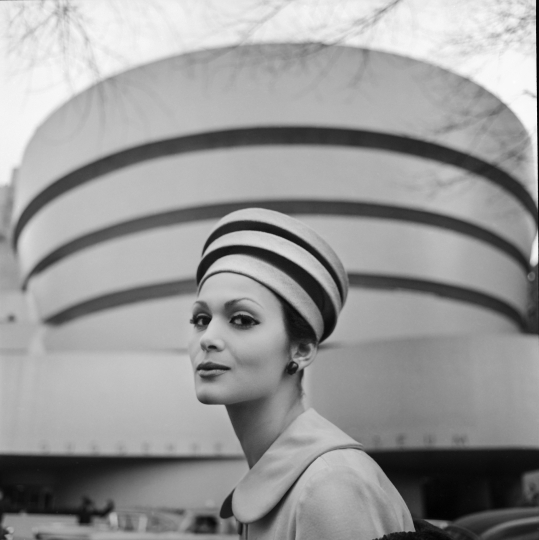 Guggenheim Hat, New York, 1960 © TONY VACCARO - COURTESY MONROE GALLERY OF PHOTOGRAPHY