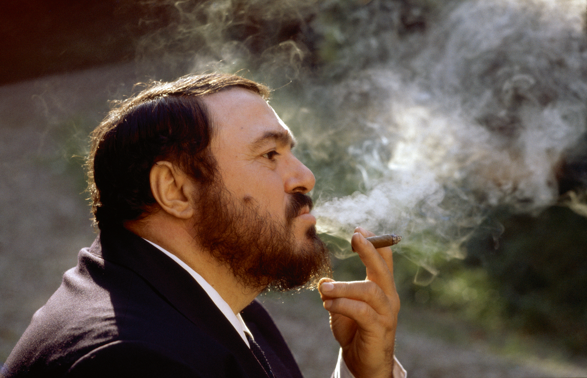 Italian opera singer Luciano Pavarotti is pictured in the grounds of his villa in Modena, Italy. © Eva Sereny