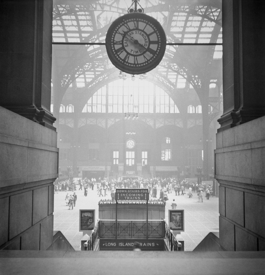 Pennsylvania Station upon returning to the Unites States after WWII, New York, 1948 © TONY VACCARO - COURTESY MONROE GALLERY OF PHOTOGRAPHY