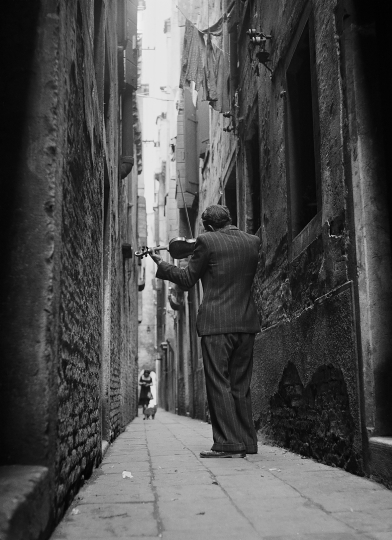 The Violinist, Venice, Italy, 1947 © TONY VACCARO - COURTESY MONROE GALLERY OF PHOTOGRAPHY