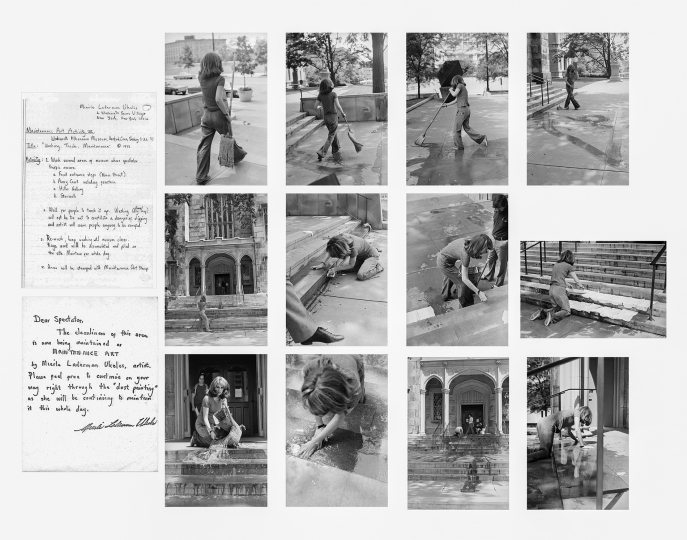 Mierle Laderman Ukeles Washing/Tracks/Maintenance: Outside, July 23, 1973 Part of Maintenance Art performance series, 1973–1974. Performance at Wadsworth Atheneum, Hartford, CT. Avec l'aimable autorisation de l'artiste et de Ronald Feldman Gallery, NewYork.