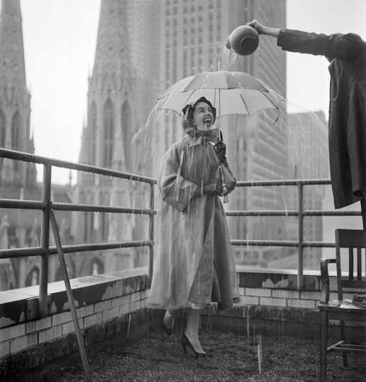 Umbrella, for LOOK magazine, NYC 1951 © TONY VACCARO - COURTESY MONROE GALLERY OF PHOTOGRAPHY