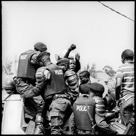 Lucha activist Luc NKULELA keep singing the Lucha while violently arrested (Luc wil die in the criminal fire of his house in 2018) - North Kivu Governorate, Goma, DRC, December 21, 2016 © Thomas de Wouters