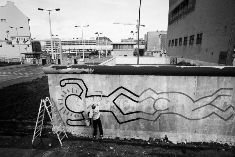 Keith Haring painting the Berlin Wall 1986