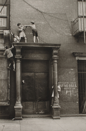 Helen Levitt, Untitled, New York (Boys Fighting on Door Frame), 1939-printed no later than the late 1960s - Courtesy Robert Koch Gallery