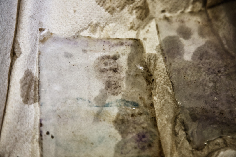 The imprint of the photo card of one of the victims, on the plastic that enveloped the document © Max Hirzel