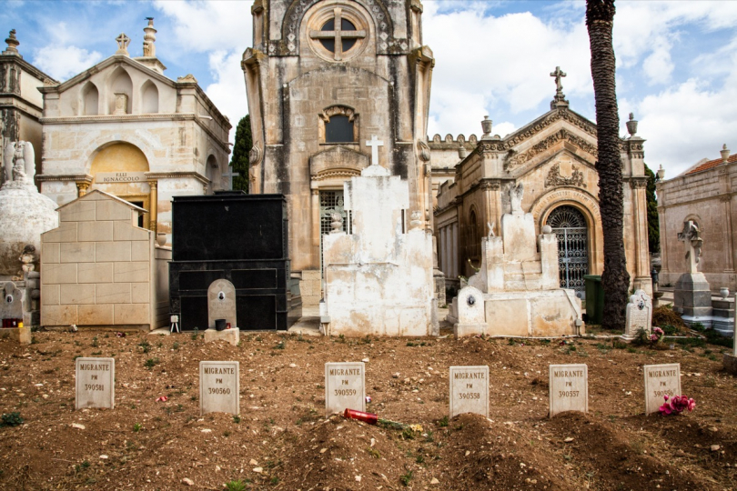 In the cemetery of Rosolini (Sicily), burials of six victims of 18 Apr 2015 shipwreck, already examined in the Melilli Nato base. These are the bodies marked, by left to right, with codes PM390581, 390560, 390559, 390558, 390557, 390556 © Max Hirzel