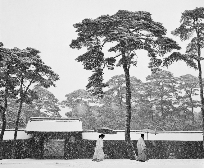 JAPAN. Tokyo. Courtyard of the Meiji shrine. 1951. © Werner Bischof – Courtesy Bildhalle