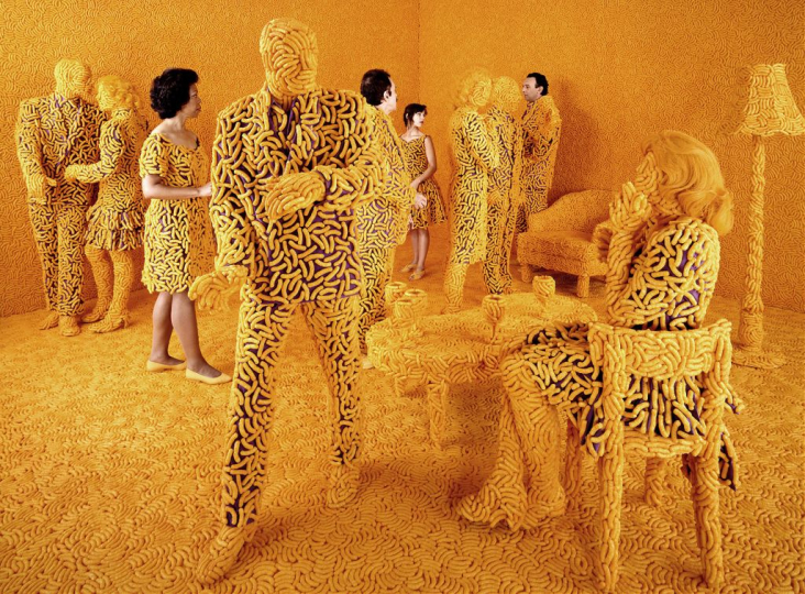 The Cocktail Party, 1992 ©Sandy Skoglund; color photograph, 121.9x165.1cm; courtesy Paci contemporary gallery (Brescia – Porto Cervo, IT)