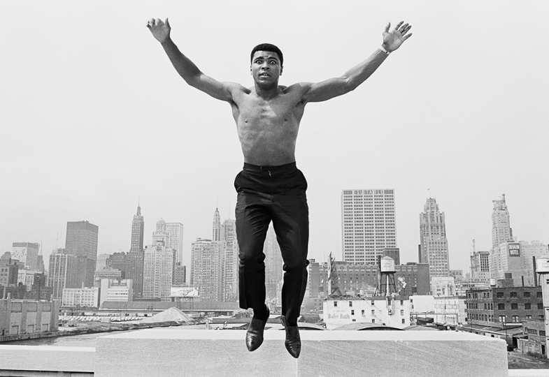 USA. MUHAMMAD ALI, (formerly Cassius Clay), boxing world heavy weight champion in Chicago, jumping from a bridge over the Chicago River 1966. © Thomas Hoepker – Courtesy Bildhalle