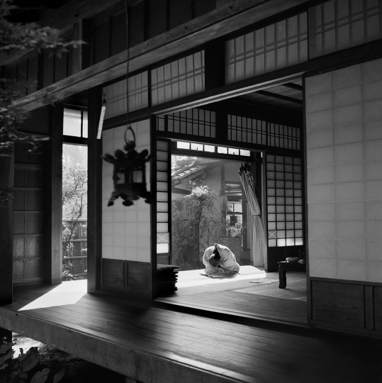 JAPAN. Kyoto. Temple of Ryoanji. A priest rests. 1951. © Werner Bischof – Courtesy Bildhalle