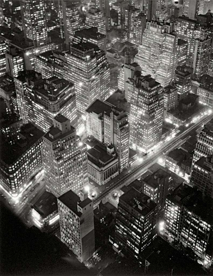 Berenice Abbott - Vista aèria de Nova York de nit, 20 de març del 1936 Vista aérea de Nueva York de noche, 20 de marzo de 1936 Aerial view of New York at Night 58,4 × 45,7 cm International Center of Photography, Gift of Daniel, Richard, and Jonathan Logan, 1984 (786.1984) © Getty Images/Berenice Abbott 6.
