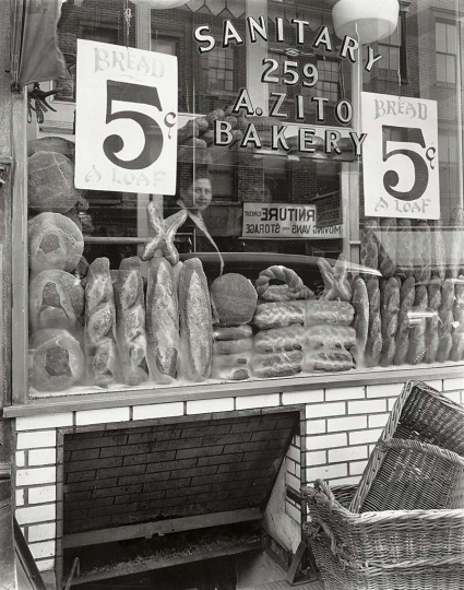 Berenice Abbott - Fleca, 259 de Bleecker Street, Manhattan, 1937 Panadería, Bleecker Street 259, Manhattan Bread Store, 259 Bleecker Street, Manhattan 25,4 × 20,3 cm The Miriam and Ira D. Wallach Division of Art, Prints and Photographs, Photography Collection. The New York Public Library, Astor, Lenox and Tilden Foundations © Getty Images/Berenice Abbott