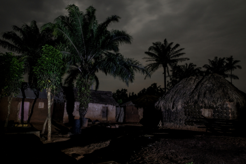 Bénin, Gbekandji. Près de 11 000 personnes vivent ici sans accès à l'électricité. A partir de 20 heures, le village est désert, plus personne ne sort de chez soi par crainte de l'obscurité. Benin, Gbekandji. Some 11 000 people live here without electricity. The village is deserted 
