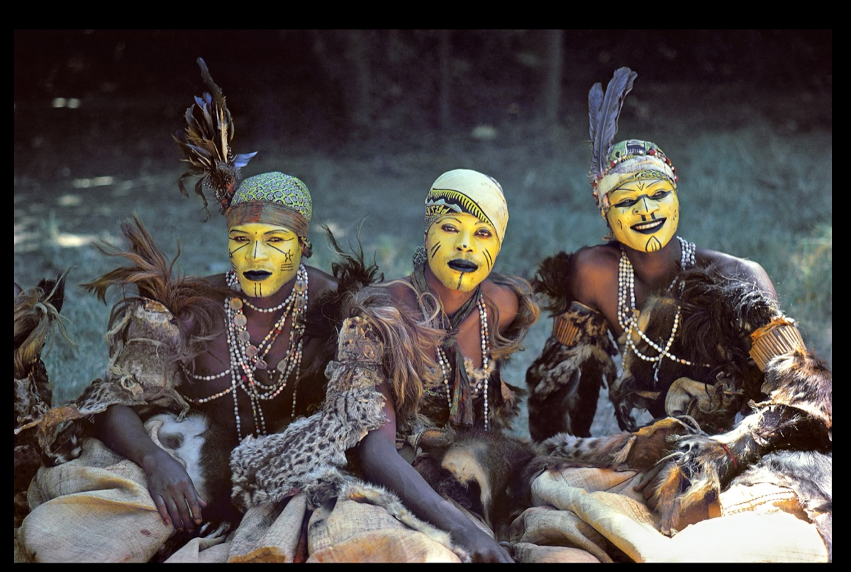 DR CONGO 1985 – Mbudge dancers of the Lunda people from Shaba (now: Katanga) rest in the shade after dancing to welcome a senior official of the country. The Congolese have always possessed highly developed corporal arts  © Pascal Maître