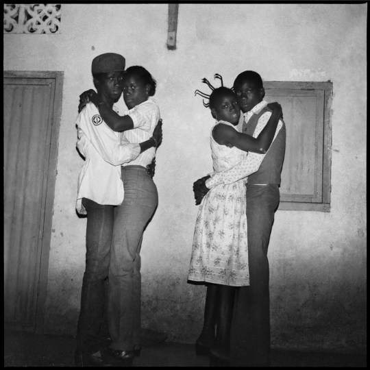 Deux couples dansant le blues, 1979 © Sanlé Sory