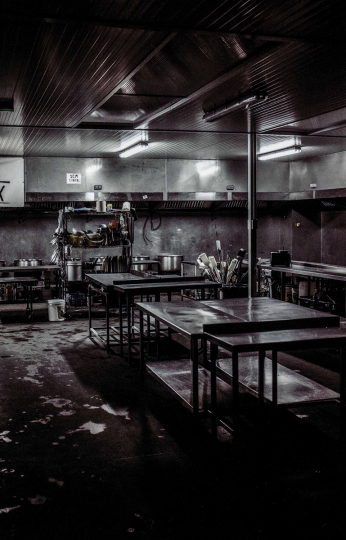 The Warehouse Kitchens of l'Auberge des Migrants in the evening after the day's service, the kitchens are cleaned. Les Cuisines de la Warehouse de l'auberge des migrants de calais le soir après le service de la journée, les cuisines sont nettoyés. © Yves Salaün