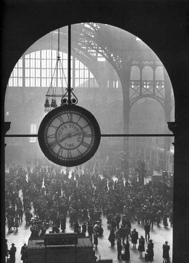 Alfred Eisenstaedt Farewell to Service Men, Penn Station, 1943 © Alfred Eisenstaedt/Time & LIFE Pictures/Getty Images, courtesy Robert Mann Gallery