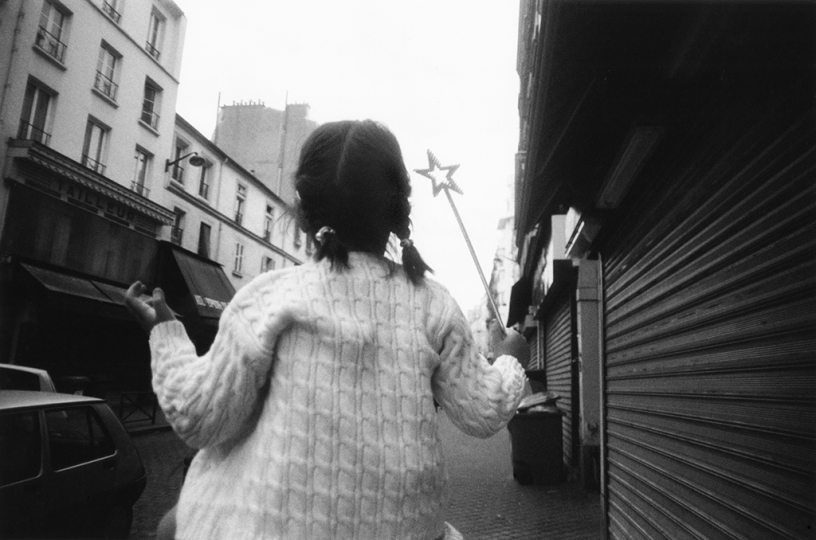 Charles Harbutt - Wand Girl Paris 2004© Charles Harbutt Estate - Magnum Photos - Courtesy of Peter Fetterman Gallery