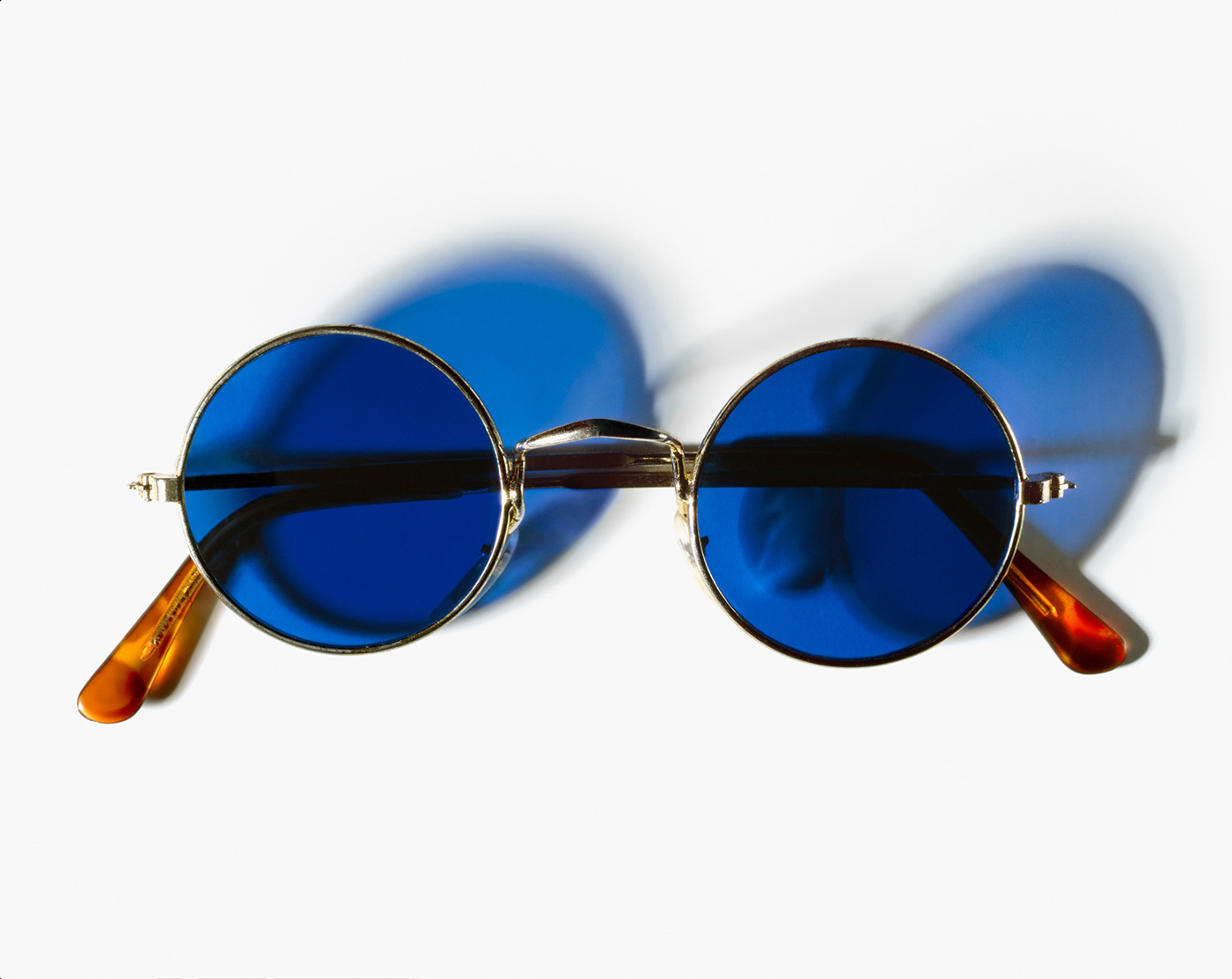 © Henry Leutwyler, John Lennon's (1940-1980) gold wire-rimmed sunglasses with blue lenses, de la série Document, 2007