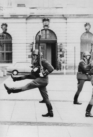 Goose stepping of GDR soldiers ©Gian Butturini