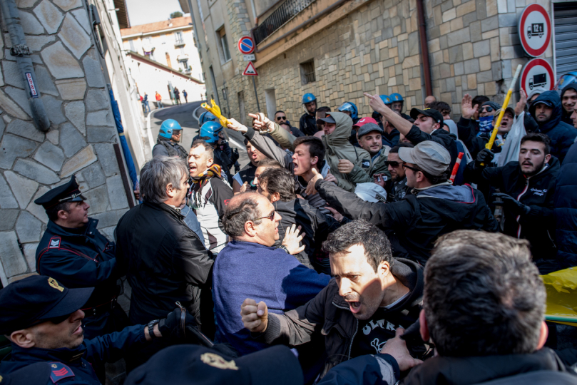Albenga supporters fighting with the police, before the match against Imperia. © Andrea Alai