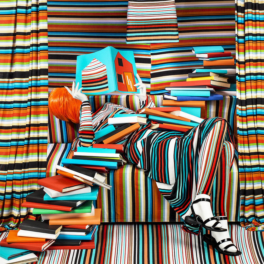 Striped Books: engrossed in her reading, the books coloured her life, 2018 De la série Anonymous Women: Demise 55 x 55 cm (c) Patty Carroll / Galerie Miranda