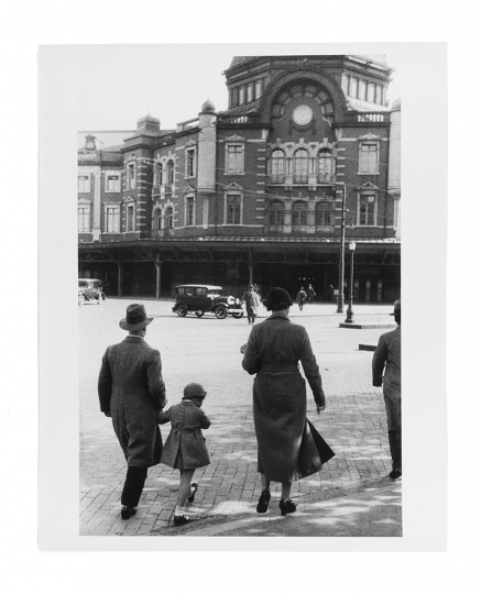 Family in front of Tokyo station, 1935 © Kineo Kuwabara