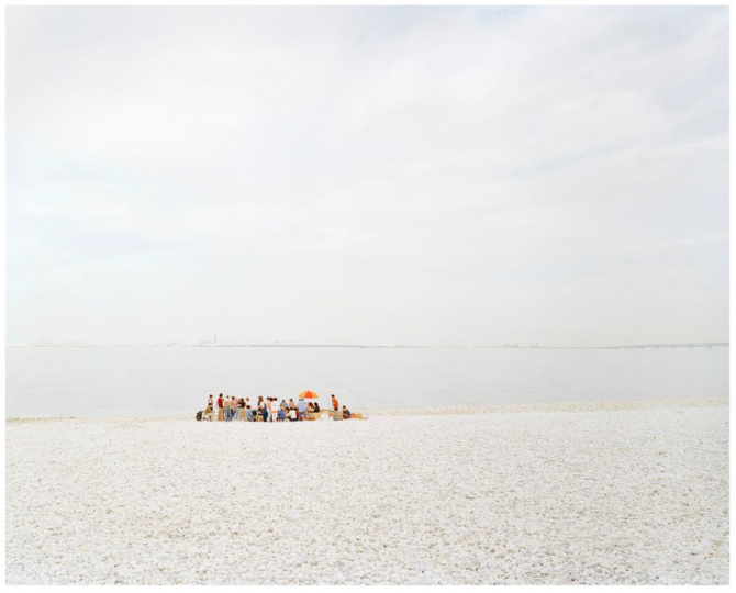Robert Voit, Strand II, Japan (1998). Image courtesy of the artist and Galerie Peter Sillem