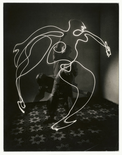 Gjon Mili Pablo Picasso drawing a bull with a light pen at La Galloise, Vallauris, 1949 Gelatin silver print 34.2 × 26.5 cm Musée national Picasso-Paris Donation Succession Picasso, 1992 APPH1414 RMN-Grand Palais (Musée national Picasso-Paris) / image RMN-GP © Gjon Mili / The Life Picture Collection / Getty Images © Succession Pablo Picasso, VEGAP, Madrid 2019