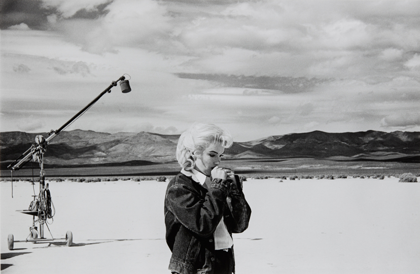 Eve Arnold Marilyn on the set of 'The Misfits,' Nevada 1960 Gelatin silver print, printed later. 12 3/8 x 18 7/8 in. (31.4 x 47.9 cm) Signed in pencil on the verso. Estimate : $ 3,000 - 5,000 - Image courtesy of Phillips