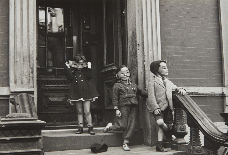 Helen Levitt N.Y. (masked children on stoop) circa 1940 Gelatin silver print, printed later. 8 x 11 5/8 in. (20.3 x 29.5 cm) Signed, titled and dated in pencil on the verso. Estimate : $ 4,000 - 6,000 - Image courtesy of Phillips