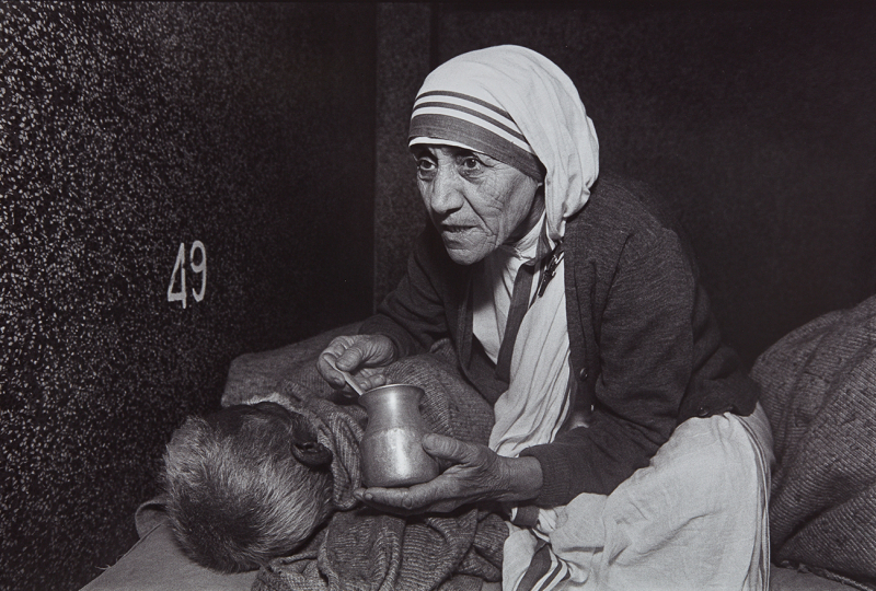 Mary Ellen Mark Mother Teresa Feeding a Man at the Home For the Dying, Calcutta, India 1980 Selenium-toned gelatin silver print. 12 3/8 x 18 1/2 in. (31.4 x 47 cm) Signed, titled, dated and numbered 13/25 in pencil on the verso. Estimate : $ 1,500 - 2,500 - Image courtesy of Phillips