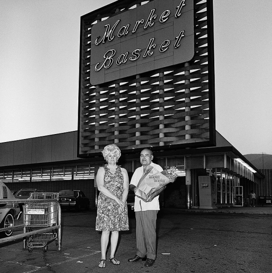 Couple at Market Basket, 1976 © Roger Minick – Courtesy Joseph Bellows Gallery