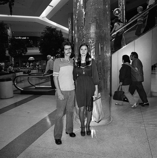 Couple at Shopping Mall, 1976 © Roger Minick – Courtesy Joseph Bellows Gallery