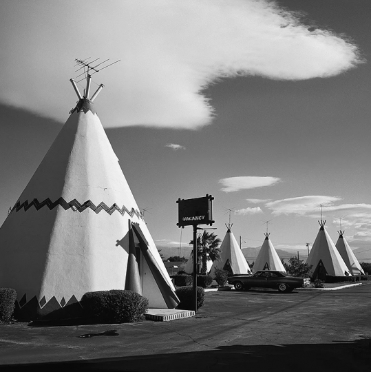 TeePee Motel, 1975 © Roger Minick – Courtesy Joseph Bellows Gallery