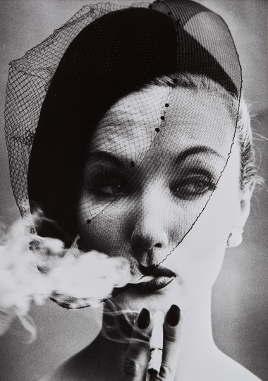 William Klein Smoke + Veil, Paris (Vogue) 1958 Gelatin silver print, printed later. 17 3/4 x 12 5/8 in. (45.1 x 32.1 cm) Signed, titled and dated in pencil on the verso. Estimate : $ 4,000 - 6,000 - Image courtesy of Phillips