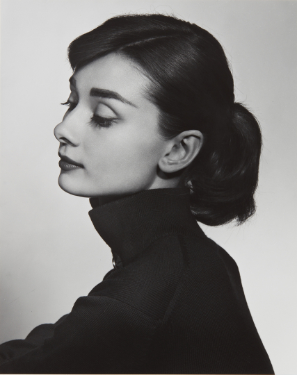Yousuf Karsh Audrey Hepburn 1956 Gelatin silver print, printed later. 9 1/4 x 7 1/2 in. (23.5 x 19.1 cm) Signed in ink on the mount. Estimate : $ 12,000 - 18,000 - Image courtesy of Phillips