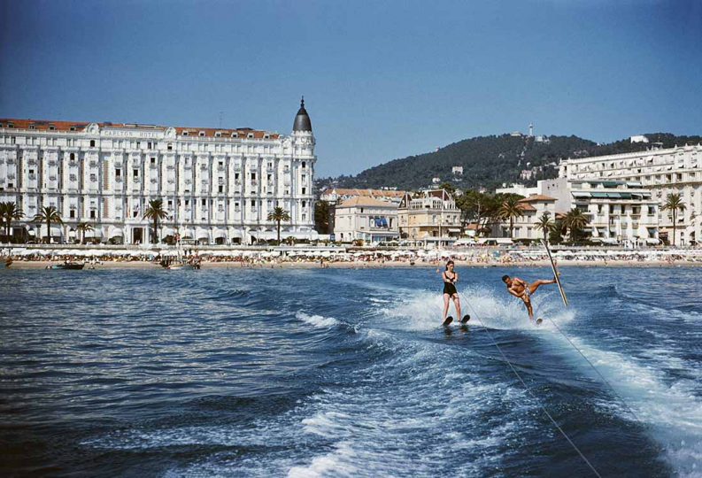 Holidaymakers waterskiing in front of the Carlton Hotel, Cannes, 1958. (Photo by Slim Aarons/Getty Images)