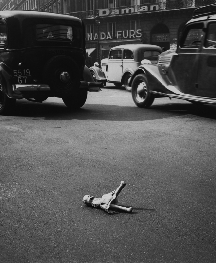Traffic Casualty, Paris, 1950 © Todd Webb – Courtesy The Todd Webb Archive