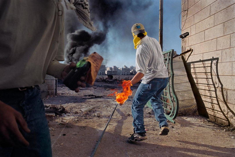 West Bank, 2000 - Palestinians fighting the Israeli army. © James Nachtwey