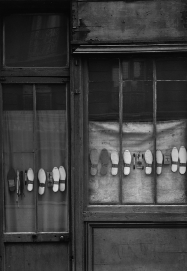 Shoes in Window, Paris, 1950 © Todd Webb – Courtesy The Todd Webb Archive