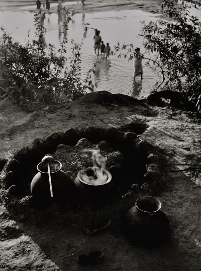 Sur les bords de l'Hooghly, Inde, 1955 © Denis Brihat – Courtesy Camera Obscura