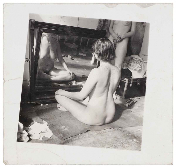356 Francesca Woodman (1958-1981) Providence. Rhode Island, 1975-1978. [Paula in a mirror]. Épreuve argentique d'époque. Correspondance manuscrite de la photographe avec Paula Anderson Gordon au verso « I want to see you, want to see your paintings and maybe I'll be able to finish this serie ». Image : 12 x 11,1 cm Feuille : 15 x 15,2 cm
