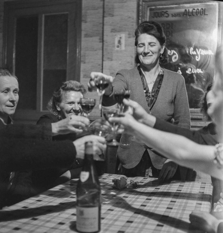Gaston Paris / Roger Viollet : première femme maire en France, 1943